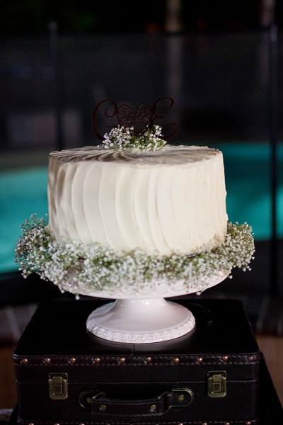 babys breath wedding cake photo